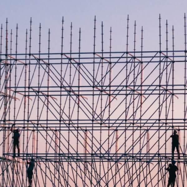 Afbeelding van een podium dat wordt opgebouwd.